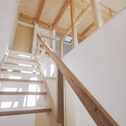 光が降りそそぐ階段室のある家